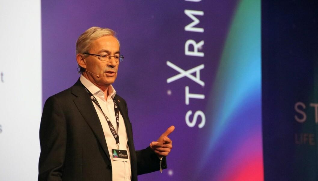 Chris Pissarides under sitt foredrag på Starmus-festivalen i Trondheim. (Foto: Lasse Biørnstad/forskning.no)