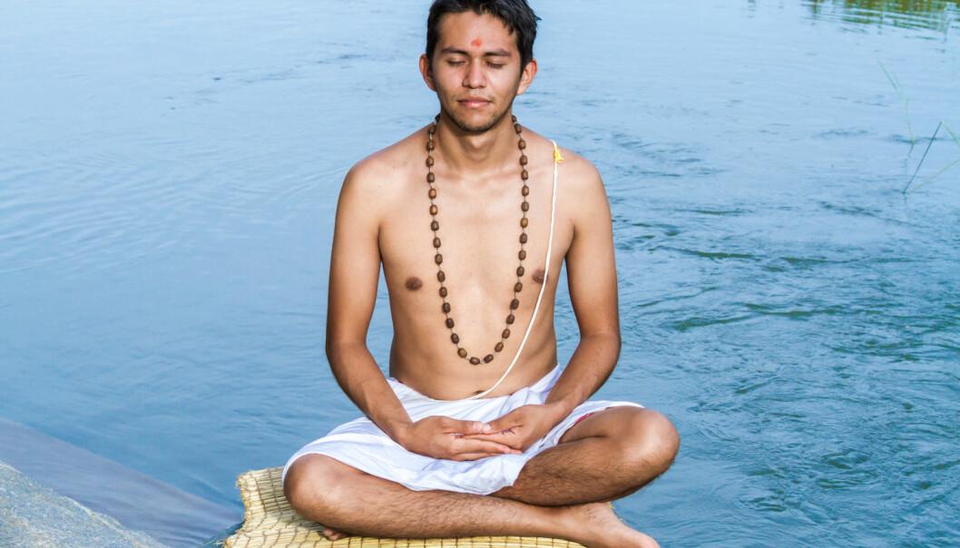 En ung brahmin (prestekasten) mediterer ved elvebredden.  (Foto: Nila Newsom / Shutterstock / NTB scanpix)