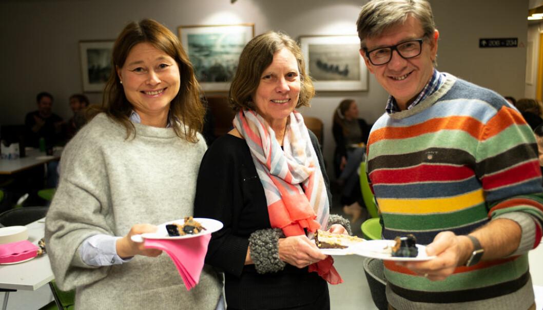 Kristin B. Borch, Inger Njølstad og Vinjar Fønnebø gledet seg med søte kaker og gode kolleger da nyheten om tildelingen kom. (Foto: Thomas Schanche)