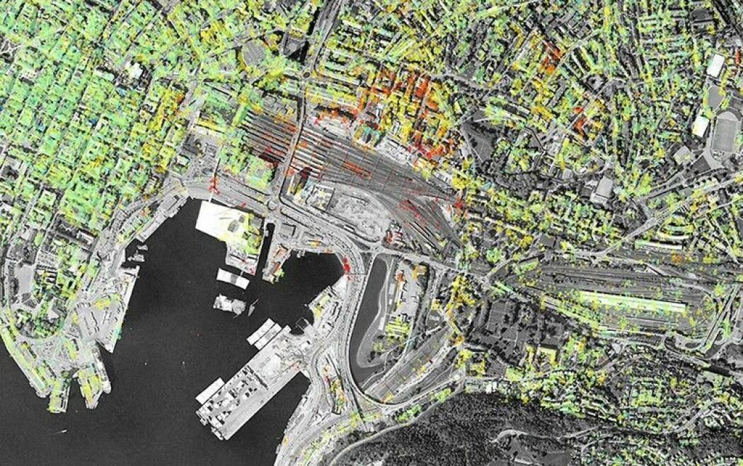Bjørvika-området synker inn med mer enn en centimeter per år. Fargen på prikkene viser hvor fort grunnen synker, fra blått (ingenting) til grønt, gult, oransje og rødt (over en centimeter per år). (Skjermbilde fra karttjenesten InSAR Norge)