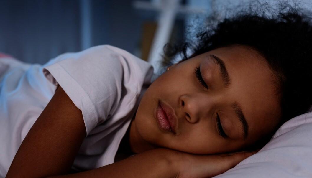 Ungdom bruker lengre tid på å sovne enn voksne. Og de sover mye mindre enn de mener de har behov for. (Foto: Colourbox)