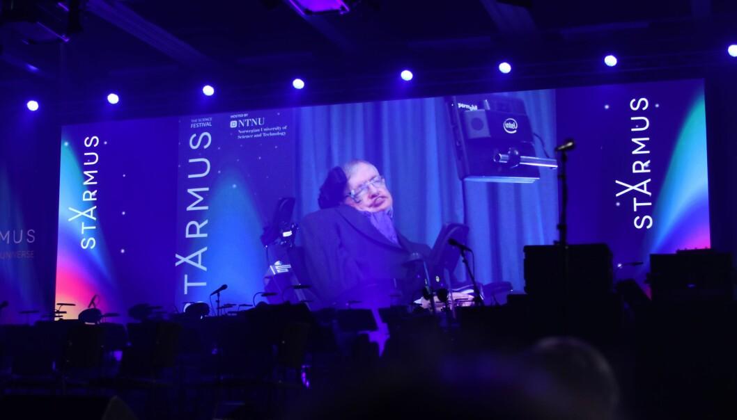 Helsa stoppet Stephen Hawkings trondheimstur. Direktesendt på Starmus-festivalens storskjerm talte han varmt for å kolonisere verdensrommet. (Foto: Lasse Biørnstad)