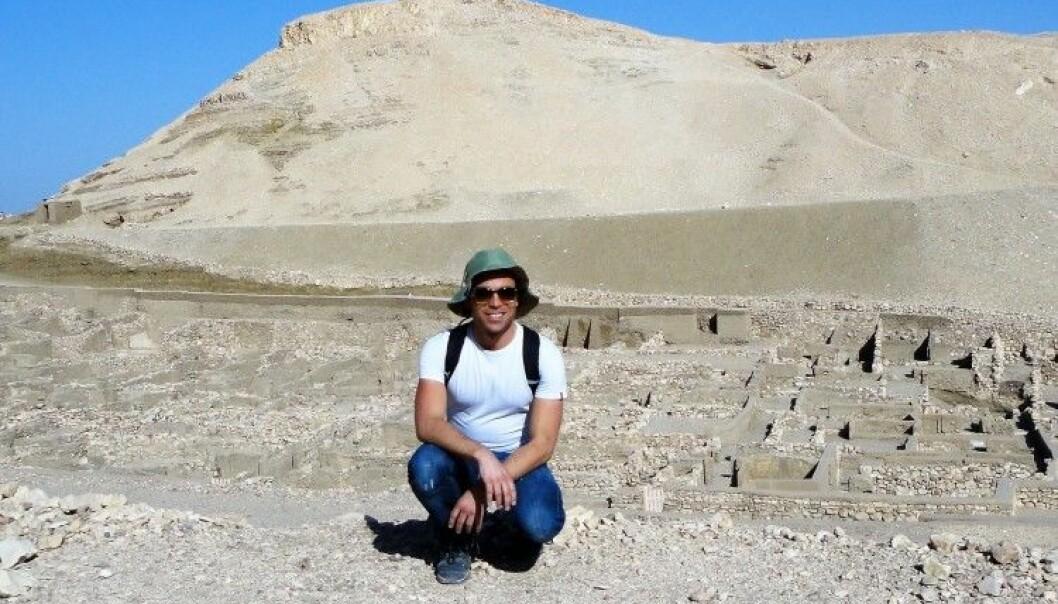 Reinert Skumsnes har nylig disputert med doktoravhandling om familie og kjønn i det Gamle Egypt. Her er han ved restene etter arbeiderlandsbyen Deir el-Medina. (Foto: Privat)