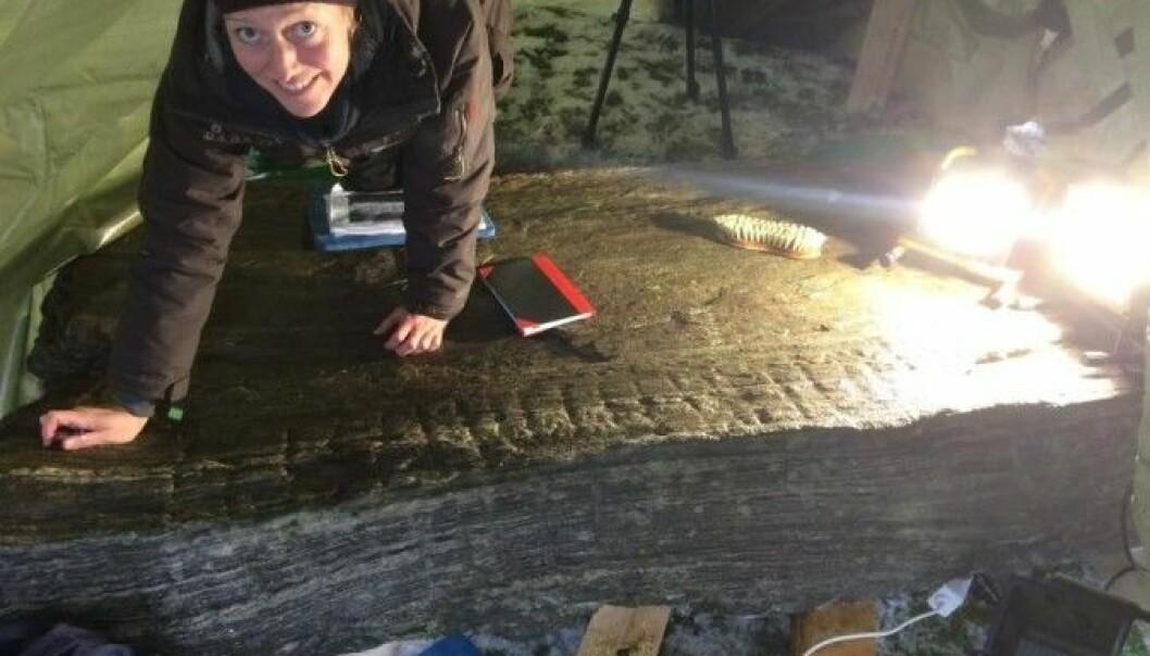 Karoline Kjesrud jobber med runene på steinen i Rakkestad. Her har de funnet et ord de ikke kjente fra før. (Foto: Kulturhistorisk museum, Universitetet i Oslo)