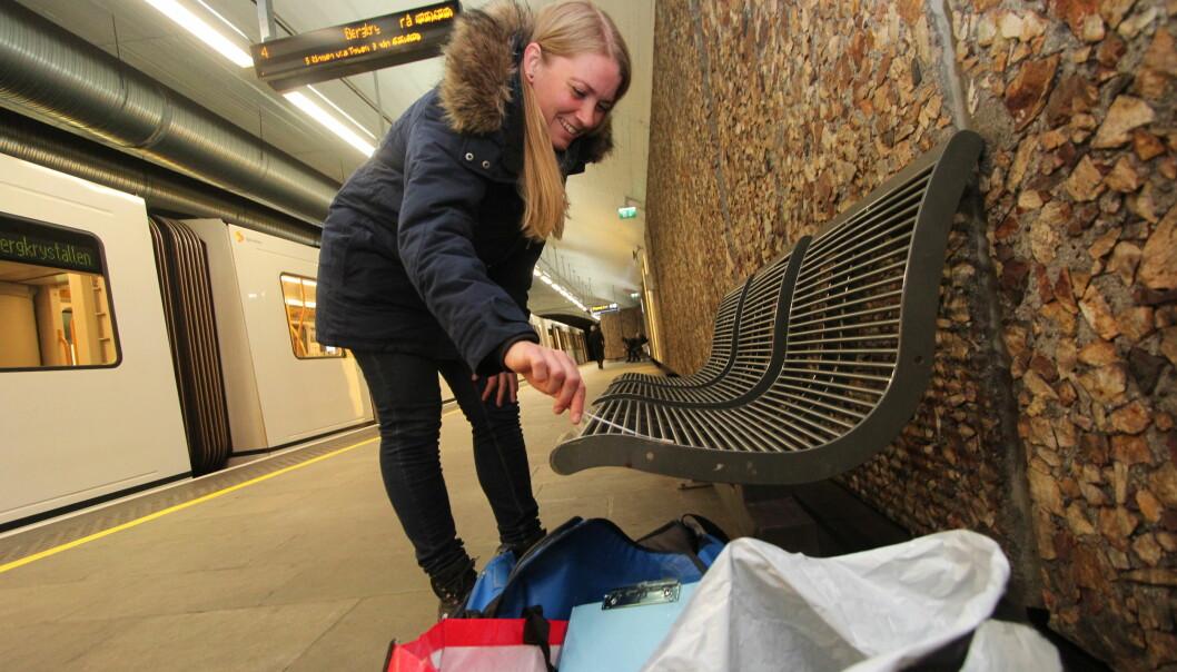Her samler Kari Oline Bøifot DNA-prøver fra T-banen i Oslo tidligere i år. Prøvene er en del av et stort internasjonalt prosjekt for å finne ut hvilke mikroorganismer som finnes på T-baner og undergrunnsstasjoner verden over.  (Foto: Espen Hofoss)