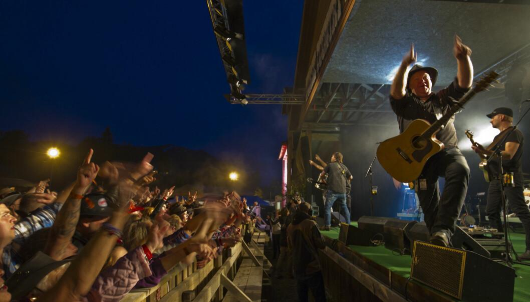 Vassendgutane er blant publikumsfavorittene på Norsk Countrytreff i Sogn og Fjordane. Bandet representerer en reindyrka, «hardcore» country, som ikke verdsettes av kultureliten, ifølge forsker. (Foto: Runar Sandnes)