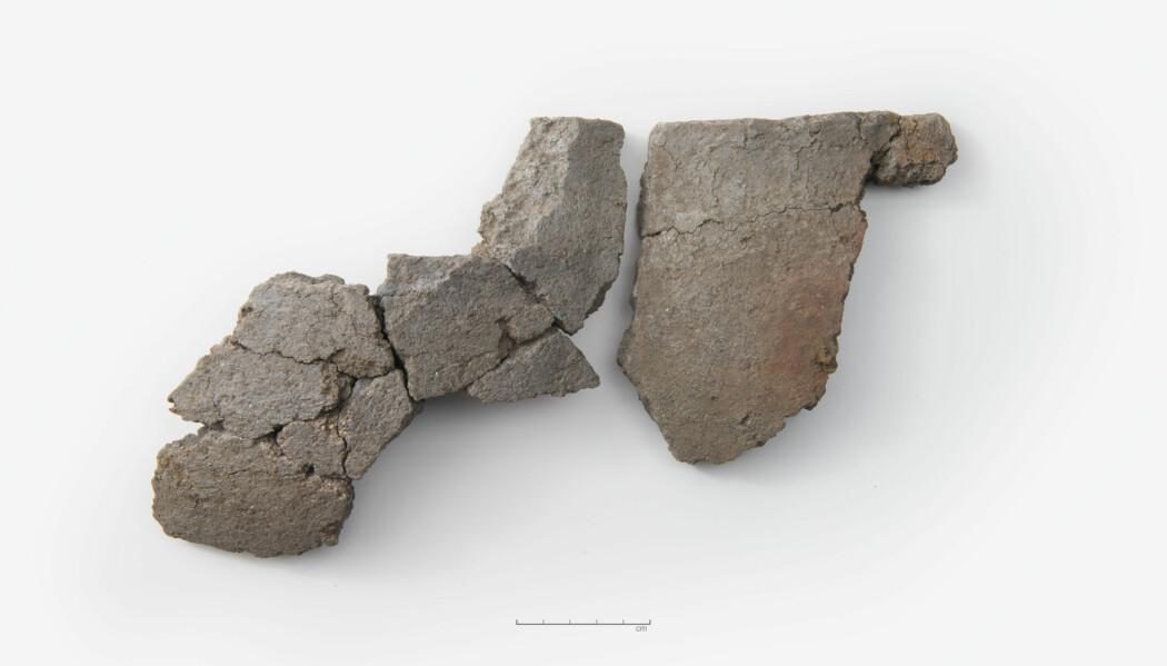 Deler av et kleberkar ble funnet i inngangspartiet til det arkeologene mener er et hus fra vikingtiden. (Foto: Terje Tveit, Arkeologisk museum, UiS)