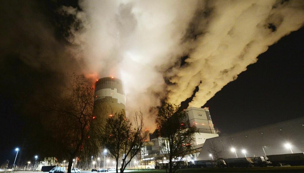 Røyk og damp stiger opp fra Europas største brunkull-kraftverk i Betchatow i Polen. Noen mil unna ligger Katowice, hvor klimaforhandlere fra hele verden forsøker å bli enige om et nytt regelverk for iverksettelsen av Parisavtalen. (Foto: Czarek Sokolowski / AP / NTB scanpix)