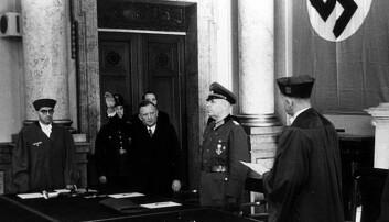 Nazistene slo hardt ned på homofili, men var trolig mildere mot kvinner. Åtte lesbiske kvinner som ble anmeldt i 1940-tallets Berlin slapp straff. Bildet er fra folkedomstolen som nazistene opprettet i Tyskland under Det tredje riket. Volksgerichtshof var en spesialdomstol for høyforræderi og landsforræderi. Det var ikke her de lesbiske ble stilt for retten. (Foto: ukjent/Deutsches Bundesarchiv. Lisens CC 3.0)