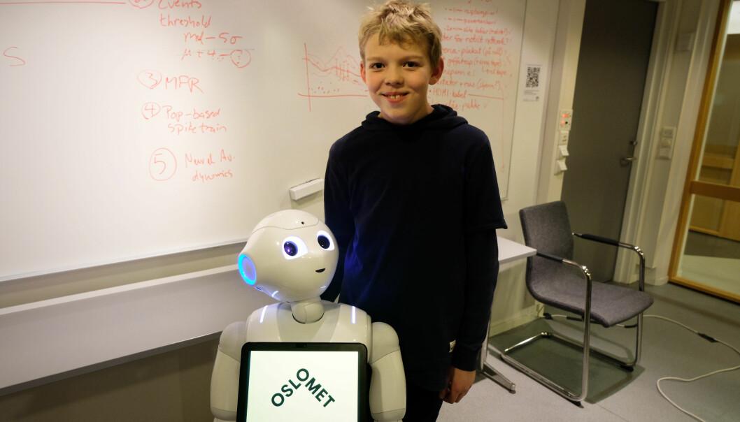 Eskil (10) syntes det var spennende å teste robotene. Han håper at de snart tar turen til barneskolene. (Foto: Karoline Spanthus Bjørnfeldt)