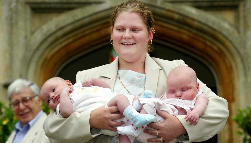 Engelske Louise Brown var verdens første prøverørsbarn. Her er hun avbildet med 13 uker gamle tvillinger på et 25-årsjubileum for prøverørsbefruktning i 2003. (Foto: Stringer/uk / Reuters / NTB Scanpix)