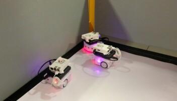 De svermende robot-biene plasserer seg i en klynge. (Foto: Karoline Spanthus Bjørnfeldt)