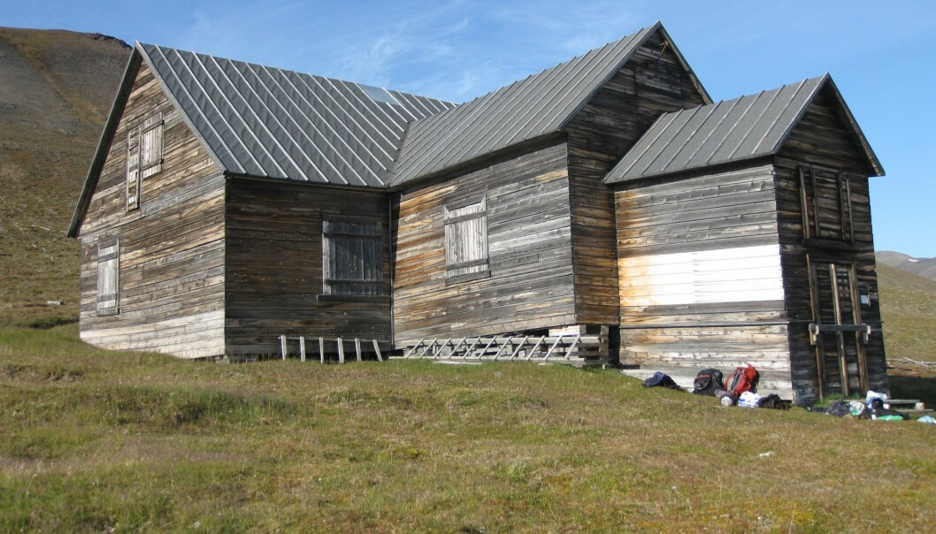 Svenskehuset er et kjent kulturminne på Svalbard. Men når permafrosten tiner, står det i fare for å brytes raskere ned. (Foto: NIKU)