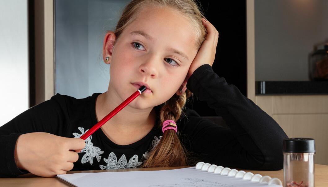 Noen barn som i dag får ADHD-diagnose løper ikke rundt i klasserommet. De bråker ikke. De sitter tvert imot stille i sine egne tanker. Men de sliter, akkurat som ADHD-barna, med å følge med på hva læreren sier. (Foto: Steven Van Aerschot / Shutterstock / NTB scanpix)