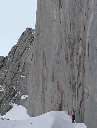 Fjellsider finslipt av is og uten vegetasjon gir geologene god mulighet til å studere bergveggene i Dronning Maud Land (foto: Ane K. Engvik).