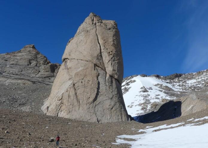 Karakteristiske fjellformasjoner som Tommelen i Jutulsessen består av størkningsbergarten granitt (foto: Ane K. Engvik).