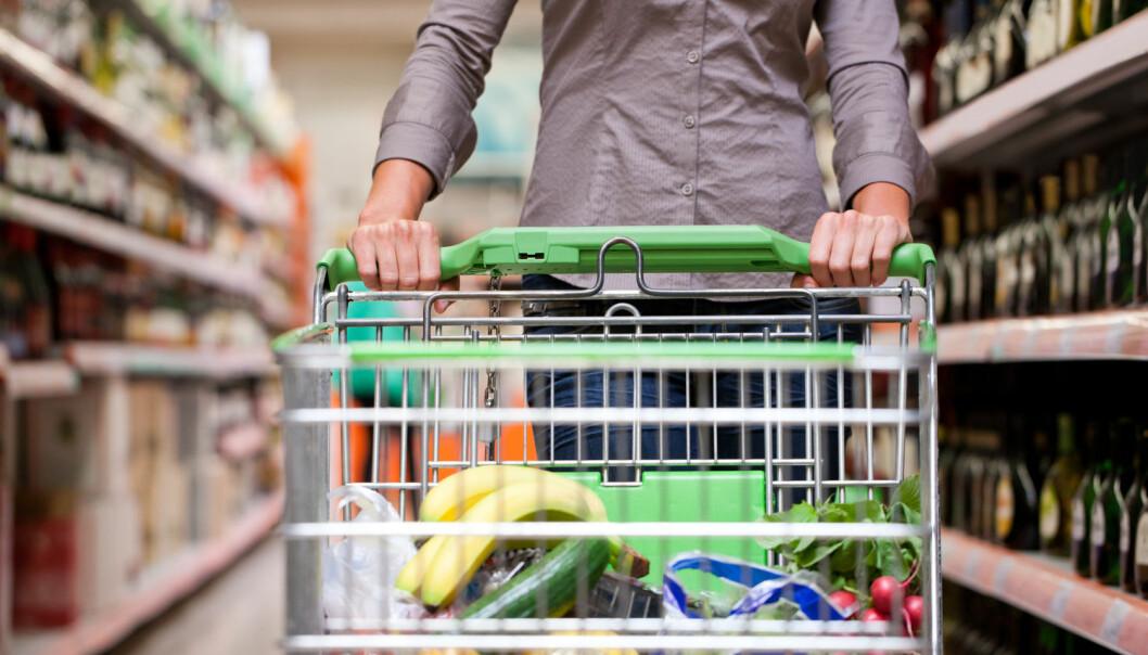 Velger du norsk eller importert mat i butikken? Personlighetstrekk, tilgang, pris og ikke minst hva dine nærmeste tenker om hva du gjør, er avgjørende for hva du velger, viser undersøkelse. (Foto: Kzenon/Shutterstock/NTB scanpix)