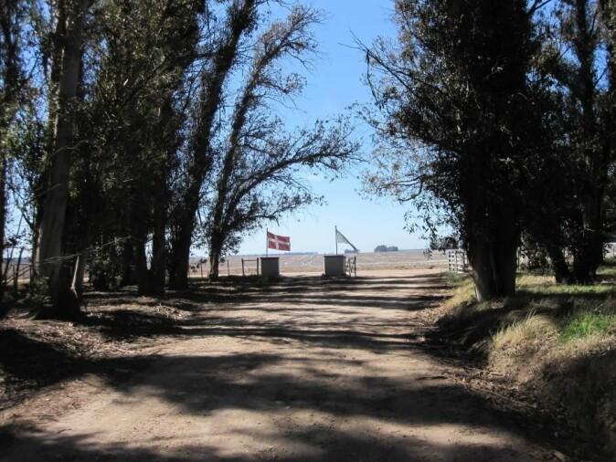 Innkjørselen til den danske skolen i Micaela Cascallares i Argentina. (Foto: Anna Sofie Hartling)