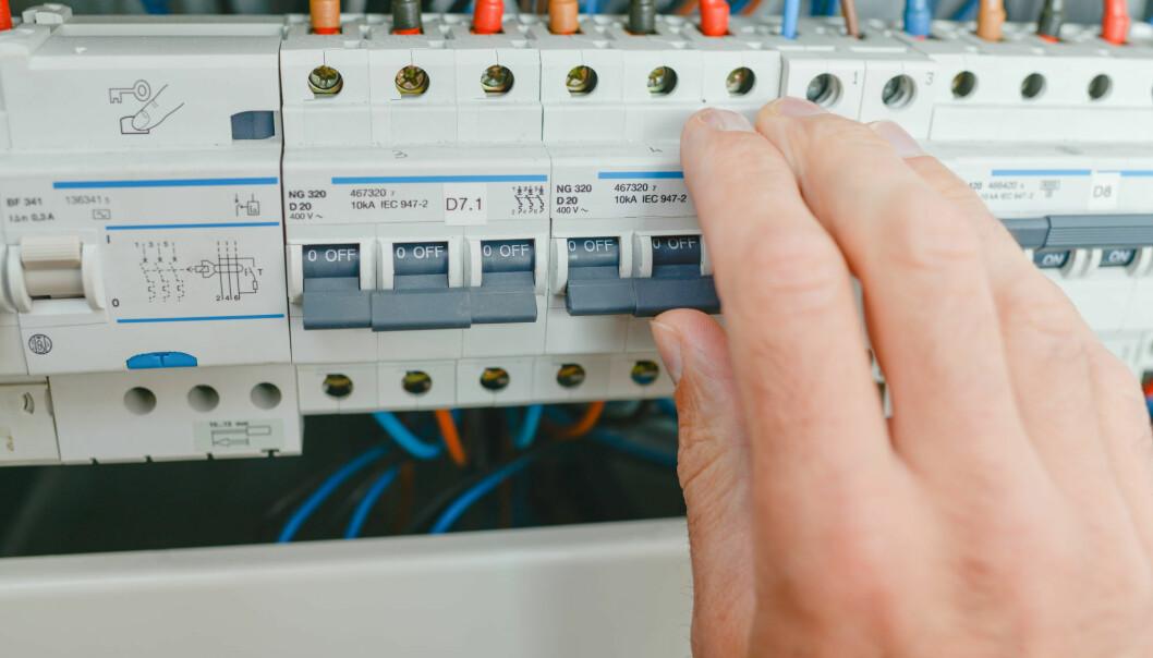 Forskere ser for seg et datasystem som kan hjelpe oss å fordele strømforbruket vårt utover dagen. Da unngår vi å overbelaste strømnettet, mener de.  (Illustrasjonsfoto: Colourbox)