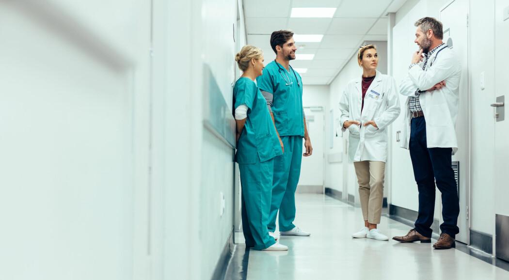 Hvis helsepersonell jobber i et miljø der de kan snakke åpent om eventuelle bekymringer rundt pasientsikkerhet, har dette en god effekt på holdningen deres til pasientsikkerhet, ifølge forsker. (Illustrasjonsfoto: Jacob Lund / Shutterstock / NTB scanpix)