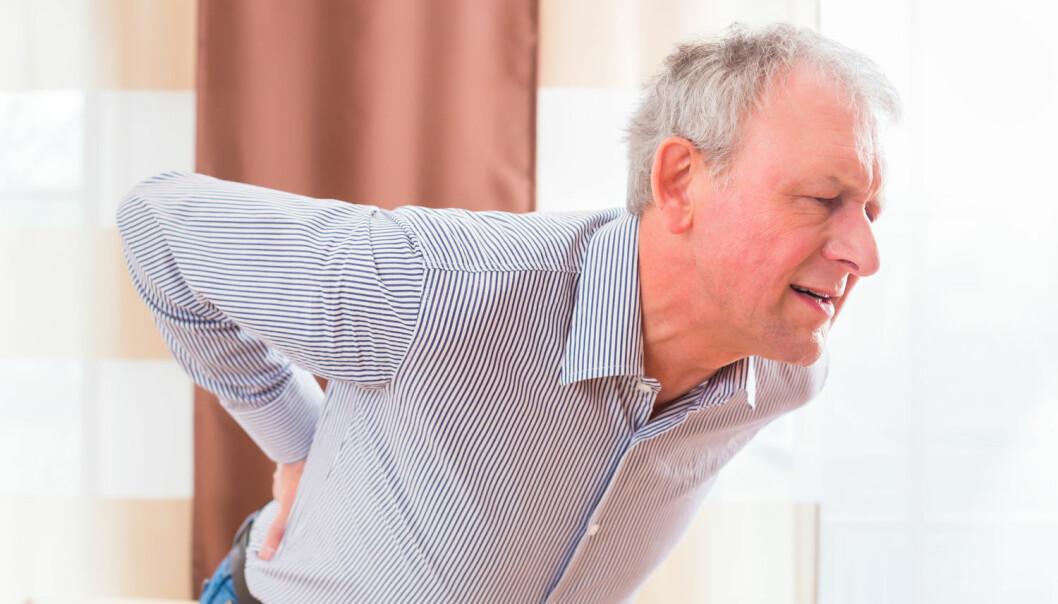 Mange tar smertestillende mot ryggsmerter. Det er det kanskje ikke så mye vits i.  (Illustrasjonsfoto: Kzenon / Shutterstock / NTB scanpix)
