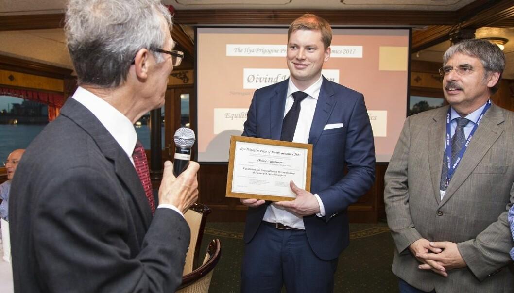 Prigogine-prisen deles ut av European Centre for Advanced Studies in Thermodynamics. Her er Daniel Tondeur, Øivind Wilhelmsen og Karl Heinz Hoffmann. (Foto: Gemini)