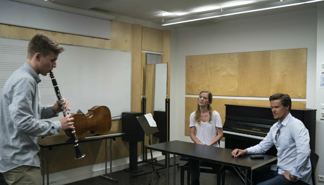 Klarinettist Espen Nystog Aas og cellist Anina Radotina deltok begge i Johannes Lunde Hatfield sitt prosjekt kor dei fekk innføring i mentale strategiar som ein vanlegvis brukar i idrettspsykologien.  (Foto: Kjetil Asdal Bjørgan)