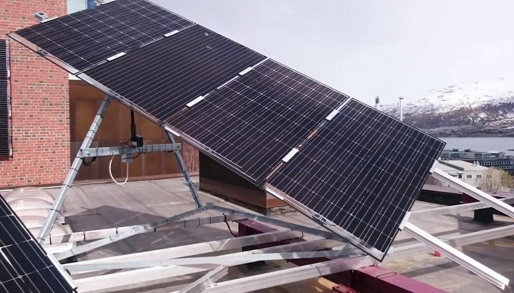 På taket til UiT finner du Nord-Norges største solcelle-anlegg som er koblet til strømnettet. Anlegget er en del av et stort forskningsprosjekt som skal finne fram til hvordan vi kan utnytte solenergi på smartest mulig måte. (Skjermdump fra YouTube)
