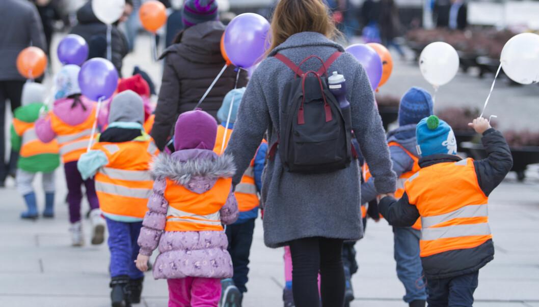 Offentlige ytelser som barnehage, skole, helsevesen og eldreomsorg har økt mye de siste årene. Når forskere tar med disse ytelsene i regnestykket, halveres fattigdommen i Norge. (Illustrasjonsfoto: Børge Sandnes/Colourbox)
