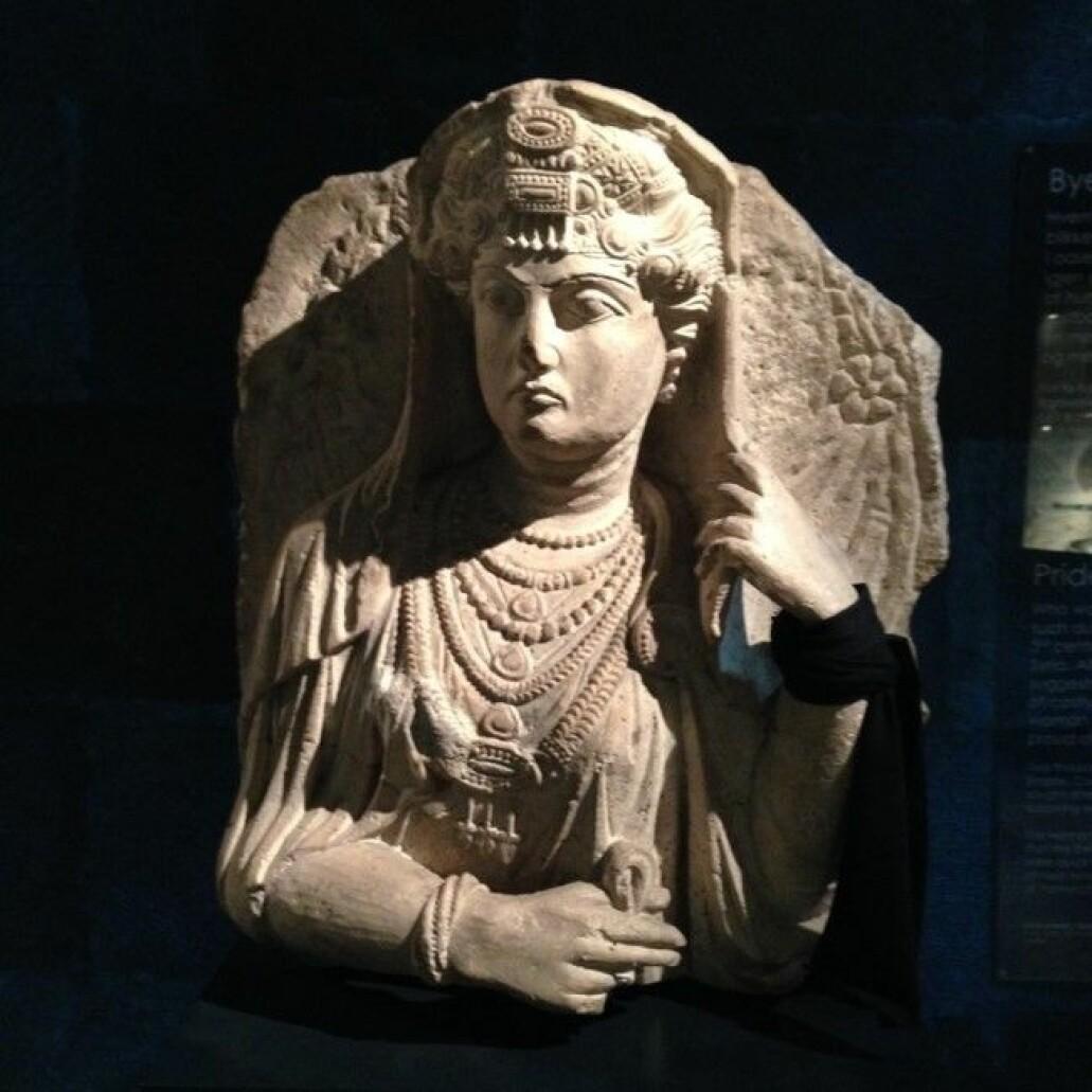 Denne skulpturen, som er en løsrevet gravbyste fra oldtidsbyen Palmyra i Syria, er utstilt på Kulturhistorisk museum i Oslo.(Foto: Josephine Munch Rasmussen)