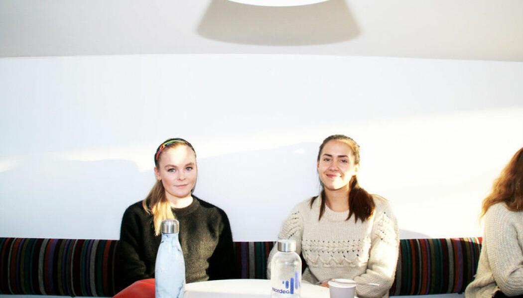Sara Mosand (til venstre) og Camilla Fjeldstad mener det lønner seg å skrive sine egne notatar. (Foto: Njord V. Svendsen)