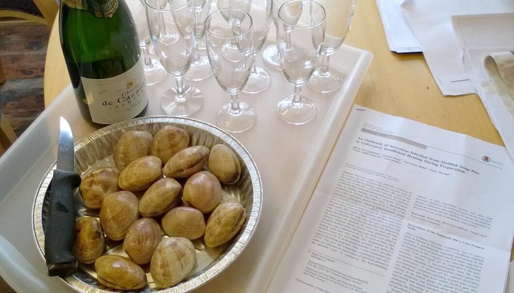 Funnene til blant annet Duinker og Lunestad ble publisert i en vitenskapelig artikkel i 2016. Det ble selvsagt feiret med teppeskjell og champagne. (Foto: Arne Duinker / Havforskningsinstituttet)