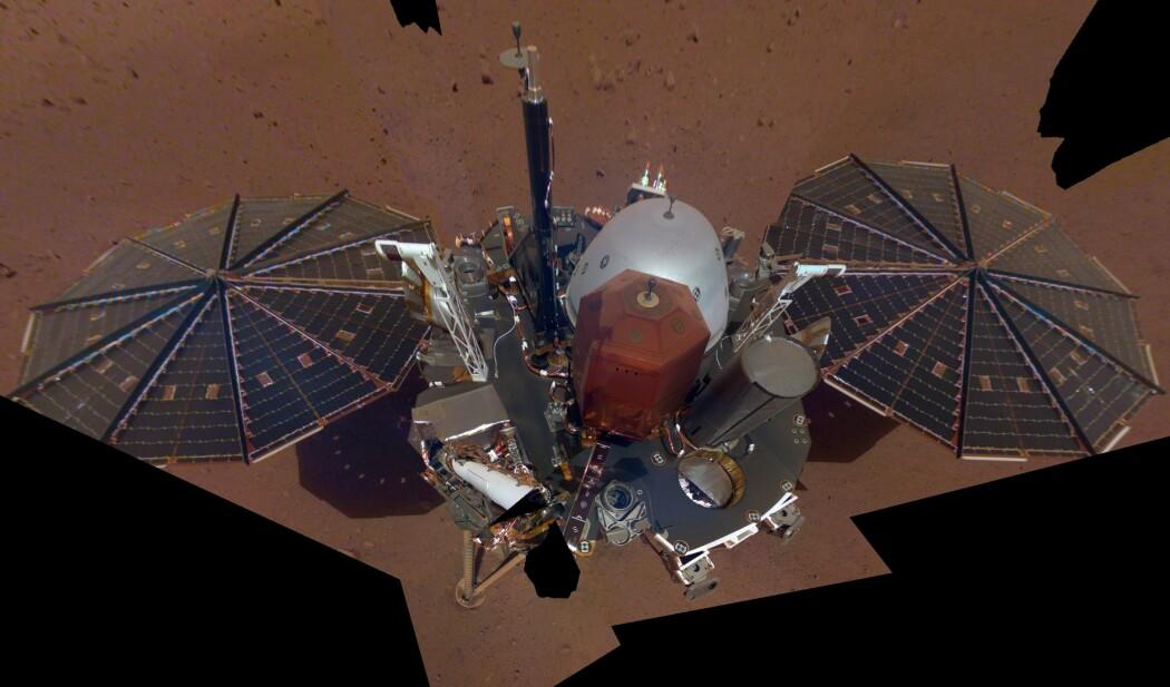 Alene på Mars har Insight klart å sende hjem dette selvportrettet. (Foto: NASA/JPL-Caltech)