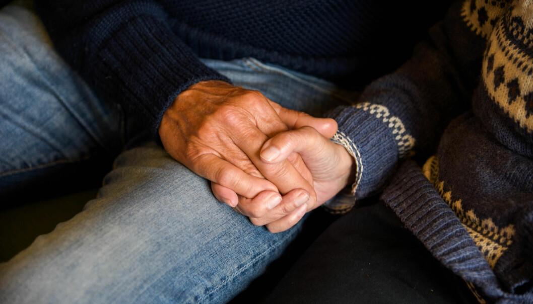 Hender og tilpasset aktivitet er viktigst i demensomsorgen, mener Rune Samdal. Her holder han hånda til sin kone Kirsten. (Foto: Ingrid Hagerup)