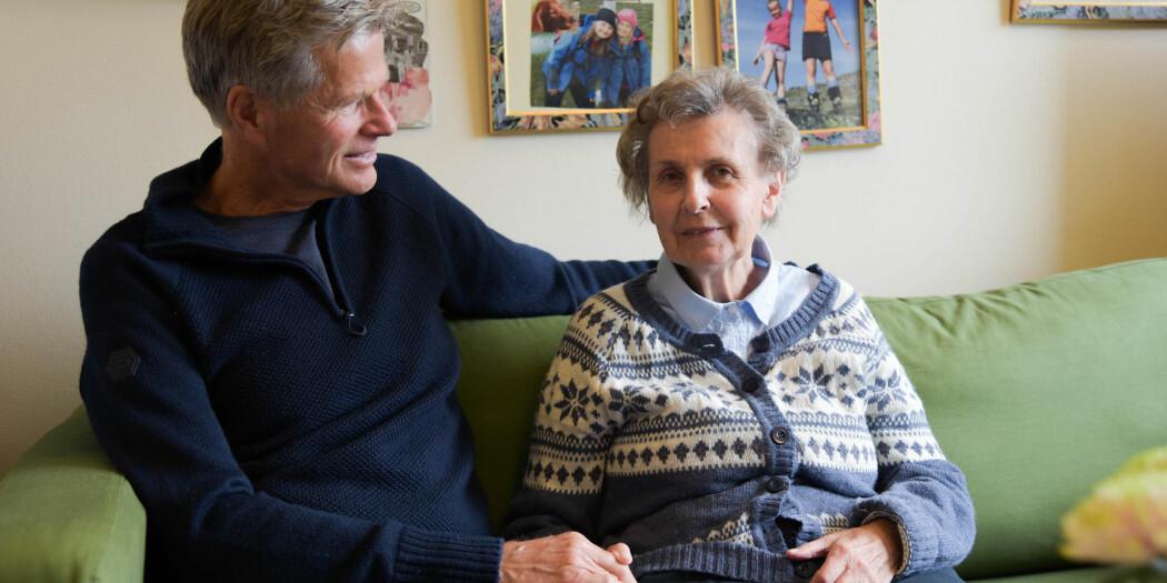 Rune Samdal og kona Kirsten sitter sammen på Ulset sykehjem. Selv om Kirsten viste tegn til demens, tok det 15 år før hun fikk diagnosen Alzheimer sykdom. Rune er selv ansatt som medforsker i et prosjektene hvor de undersøker hva som er god demens- og pårørendeomsorg. Samdal bidrar med sin kompetanse som pårørende. (Foto: Ingrid Hagerup)