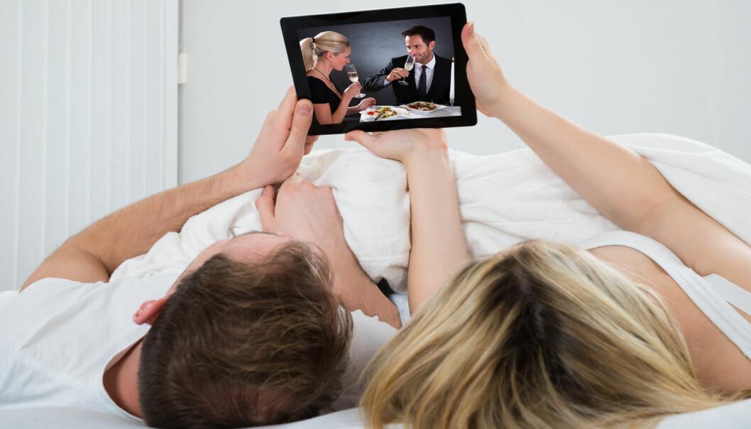 Netflix i senga er ikke alltid en god idé for den av dere som har søvnproblemer. Ny forskning viser at sengepartner kan ha dårlig påvirkning på personer som sliter med søvnløshet, uten helt å vite det selv.  (Foto: Shutterstock / NTB scanpix)
