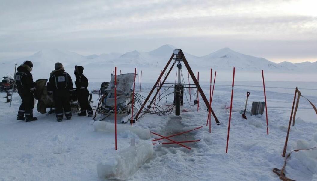 Bildet viser isforskere fra NTNU, Unis og Russland utenfor Svea på Svalbard. (Foto: Nancy Baazilchuk/NTNU)