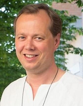 Forsker og lege Kjetil Kjeldstad Garborg mener vi bør huske at mye av forskningen på hvordan tarmbakterier påvirker hjernen fortsatt er i teori-stadiet. (Foto: Anita Aalby / Universitetet i Oslo)