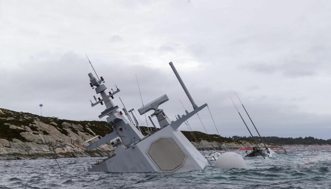 Den havarerte fregatten KNM Helge Ingstad fotografert 14. november. Fregatten ligger på grunn nord for Stureterminalen i Hjeltefjorden utenfor Bergen. (Foto: Cornelius Poppe / NTB scanpix)