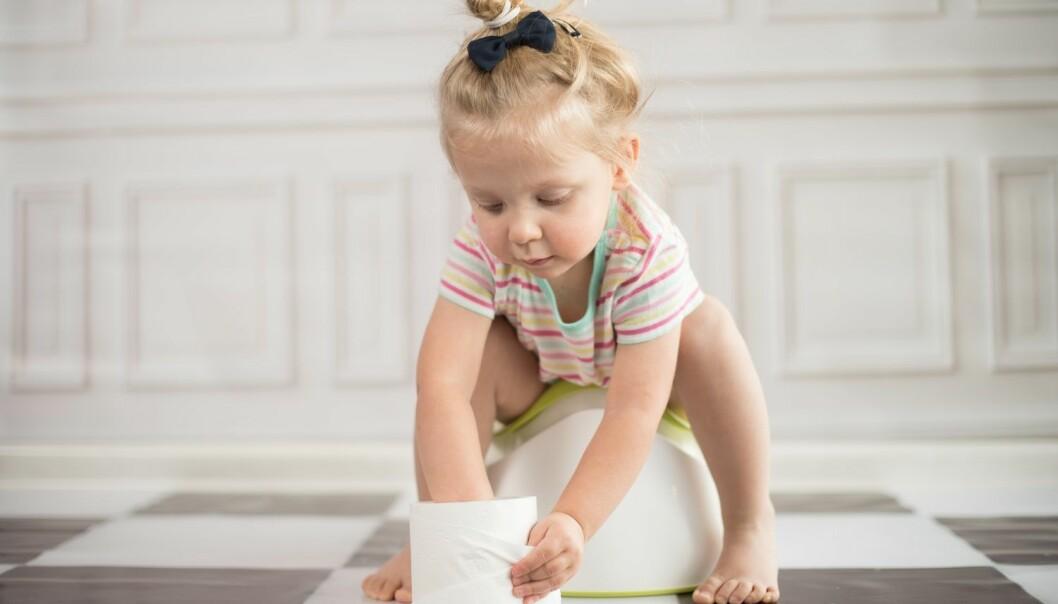Er det riktig å vente på at barnet skal blir klart før foreldrene setter i gang pottetreningen? Ikke alle mener det. (Foto: Shutterstock / NTB scanpix)