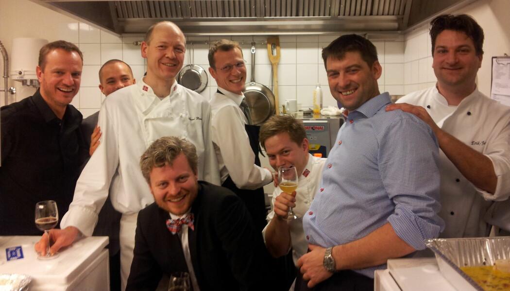 Under selve julebordet var det god mat og god stemning. Noen dager senere ble Arne Duinker (nr. 4 fra høyre) klar over at noe hadde gått galt. (Foto: Privat)