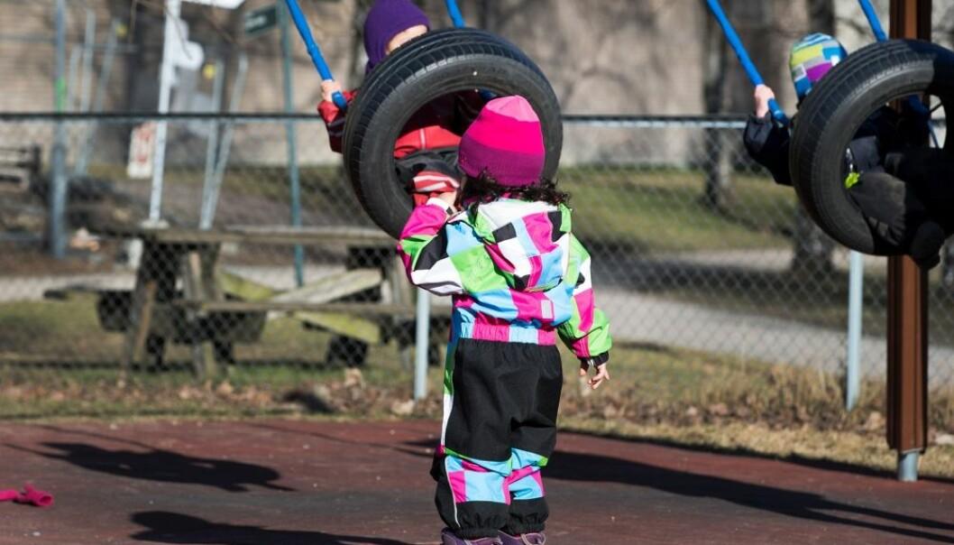 Den norske forskeren Nina Rossholt har forsket på småbarnsavdelinger i barnehager. Hun så at de yngste barna ikke bryr seg om de leker med jenter eller gutter. Og de voksne behandler dem ganske likt. Når de blir tre år, skjer det derimot en endring. (Foto: Gorm Kallestad/NTB scanpix)