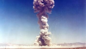 Bildet viser observatører fra militæret som ser på en prøvesprengning av en atombombe i 1951. Over 65 år senere er atomvåpen fortsatt like aktuelt.  (Illustrasjonsfoto: Everett Historical / Shutterstock / NTB scanpix)