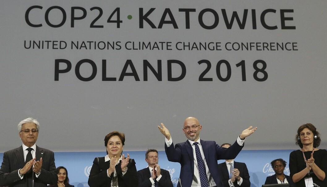 Klimamøtets leder Michal Kurtyka blir fotografert like etter at det ble klimaenighet etter maratonforhandlinger i Polen lørdag kveld. (Foto: AP / NTB scanpix)