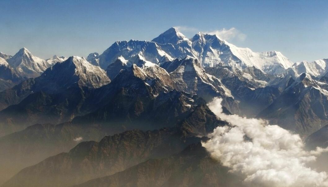 Mount Everest sees i midten av dette bilde. Bildet er tatt fra et fly. (Foto: REUTERS/Tim Chong/NTB Scanpix)