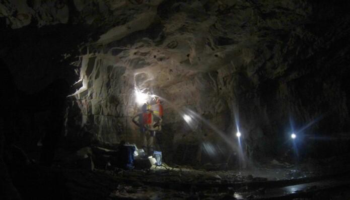 Her samler forskere vannprøver inne Beatrix gullgruven i Sør-Afrika for å se hva slags liv som befinner seg i grunnvannet der nede. (Foto: Gaetan Borgonie, Extreme Life Isyensya, Belgium og Barbara Sherwood Lollar. University of Toronto).