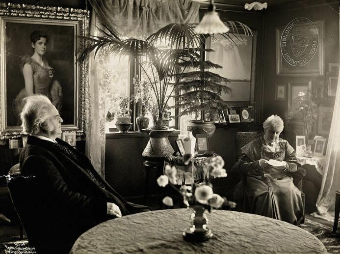 Bjørnstjerne og Karoline hjemme i stua på Aulestad i 1908. Bildet er tatt av den kjente norske fotografen Anders Beer Wilse.