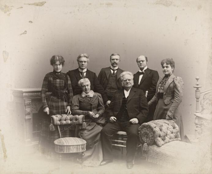 Bjørnstjerne og Karoline sammen med barna Dagny Bjørnson Sautreau (1876–1974), Bjørn Bjørnson (1859–1942), Einar Bjørnson (1864–1942), Erling Bjørnson (1868–1959) og Bergliot Ibsen(1869–1953). (Foto: Ludvig Forbech/Nasjonalbibliotekets bildesamling)