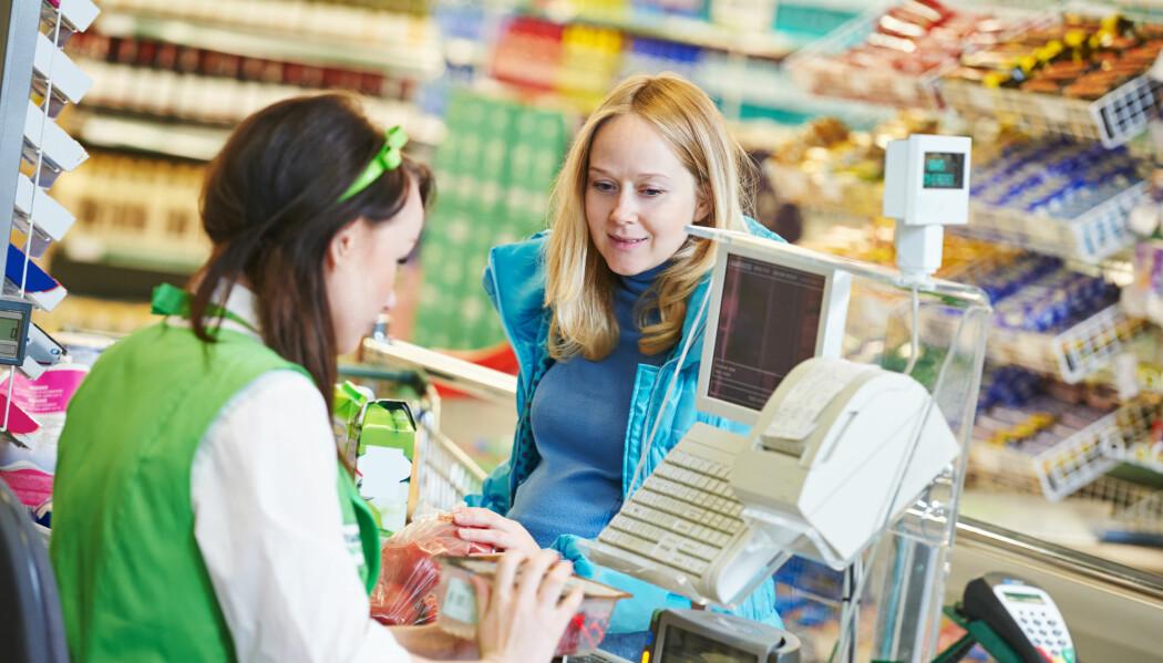 Sjokolade rett ved kassa kan friste, men kjøper vi mindre godteri om det står et annet sted i butikken? Det vet ikke forskerne helt ennå. (Foto: Shutterstock/NTB scanpix)