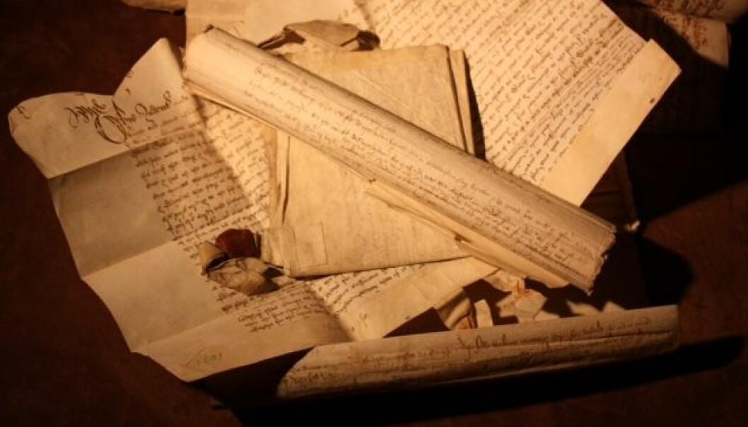 Her ser vi handskrivne tekstar frå sein mellomalder. (Foto: Kjetil V. Thengs)